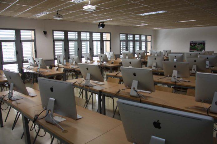 La UAL garantiza las prácticas de informática el próximo curso