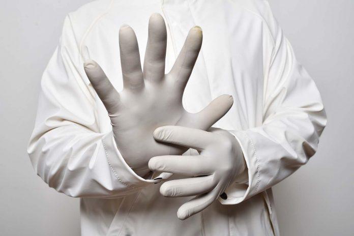 La UAL avisa sobre el deterioro de los guantes de nitrilo al ser sometidos a varias desinfecciones durante su uso