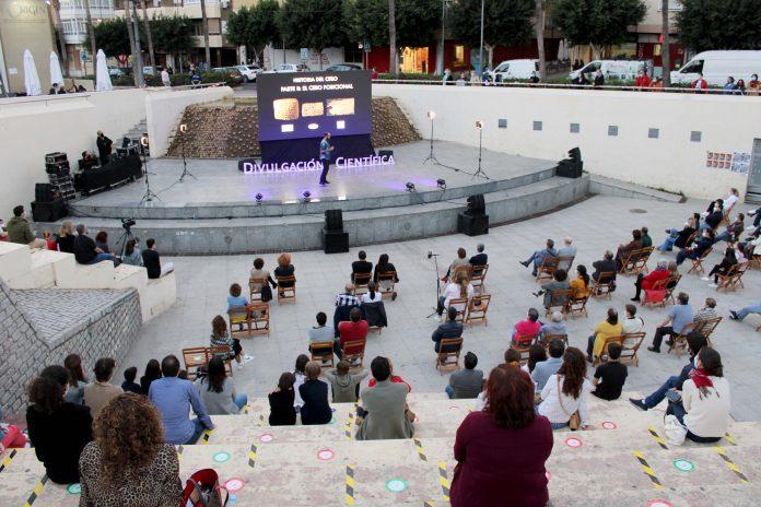 Cientos de ciudadanos disfrutan del primer evento del Aula de Divulgación Científica de la UAL