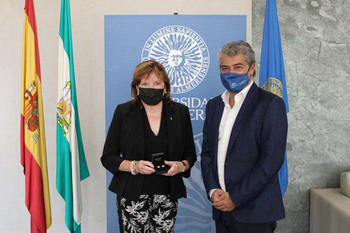 La astronauta Anna Lee Fisher, encantada de visitar la Universidad de Almería